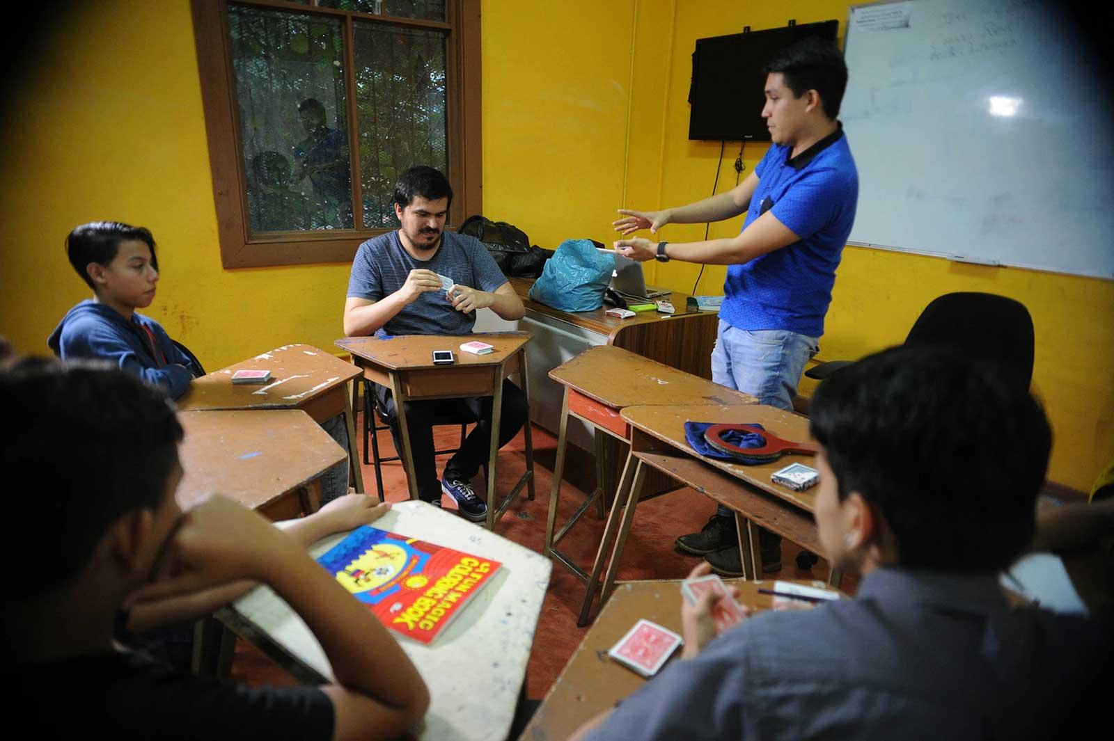 Alumnos sentados en círculo
