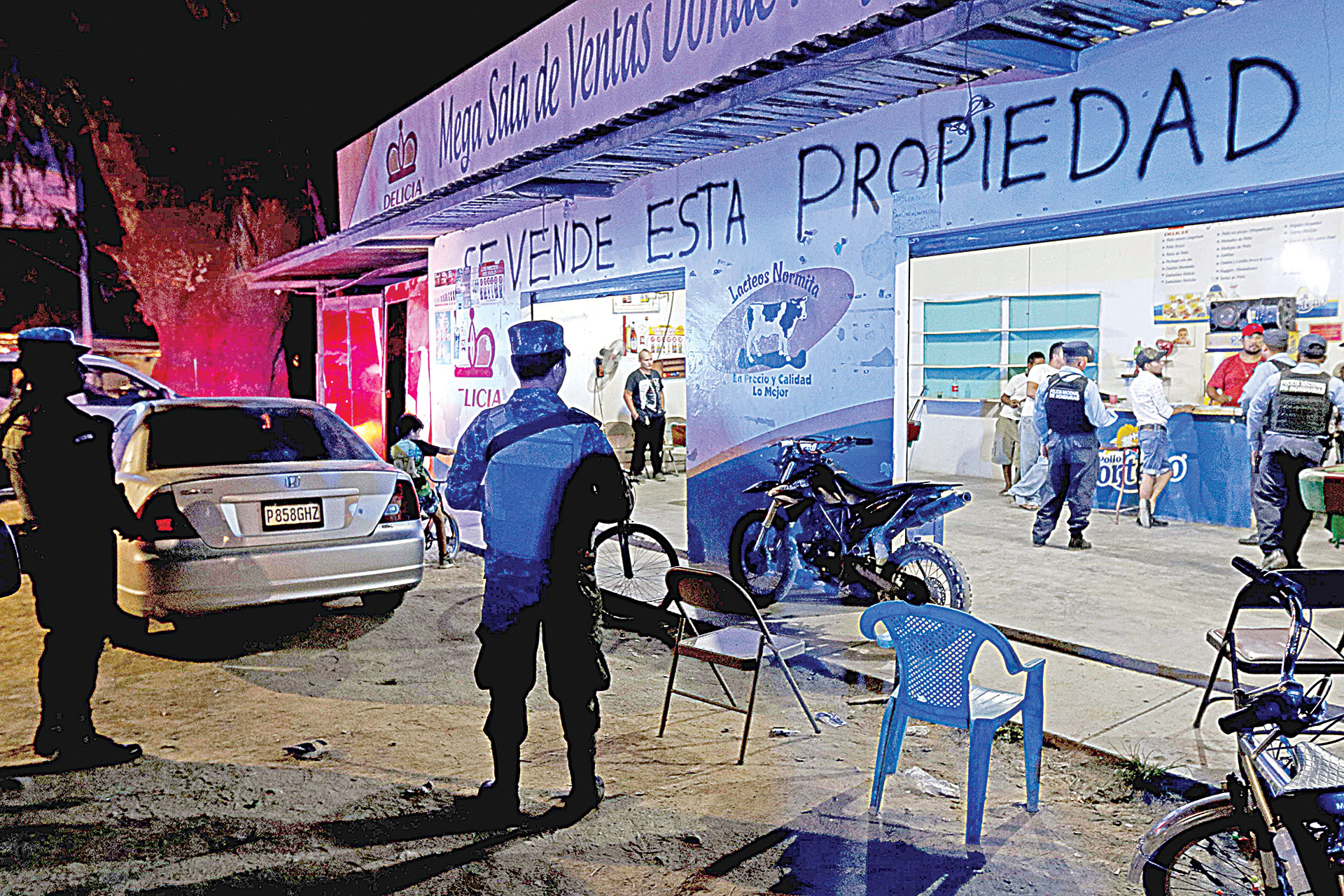 Policía interviniendo un local en San Pedro Sula