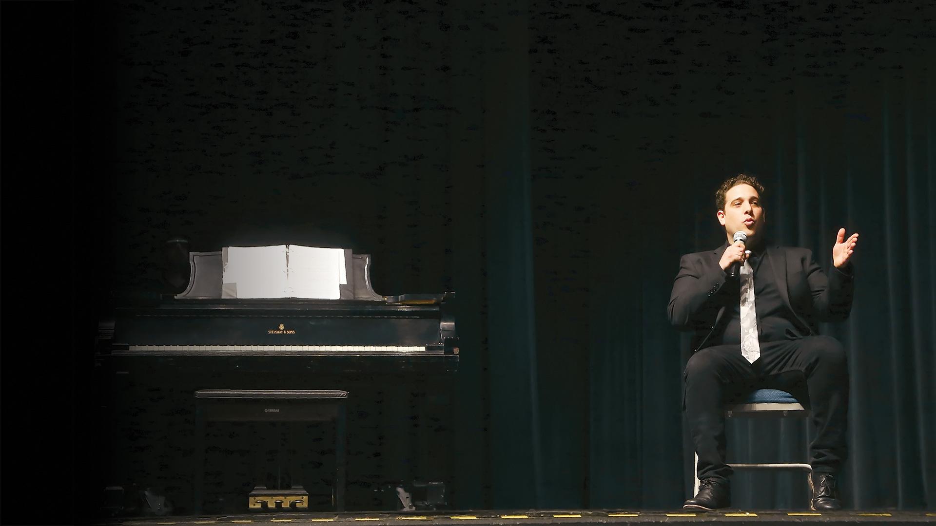 Tony Valdovinos dirigiéndose a su audiencia