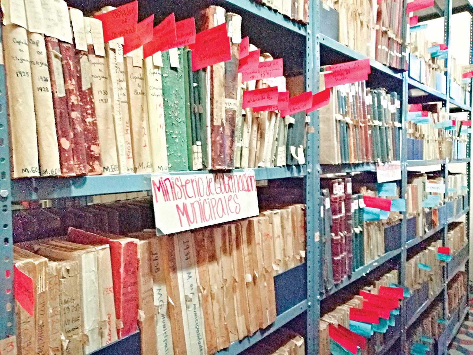 Anaqueles con los archivo general de la nación